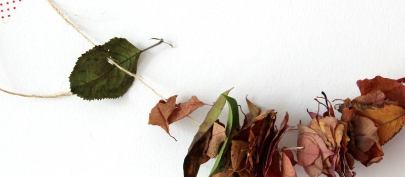 Herbstdekoration aus Blättern