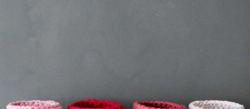 Häkelkörbe in rosa, himbeer, altrosa und weiß mit pinken Punkten