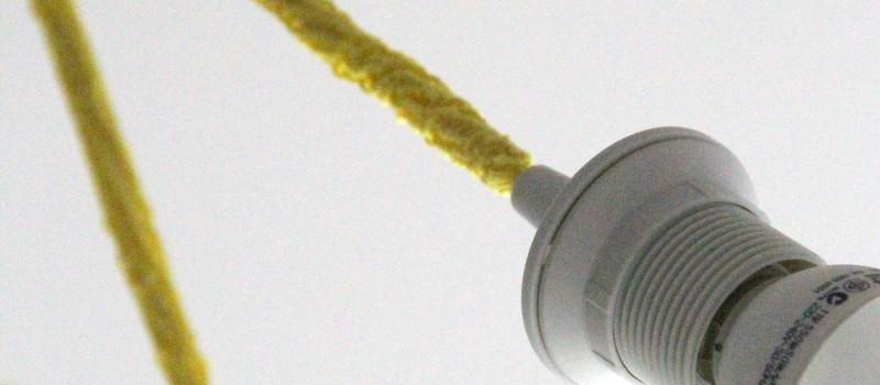 gelbes gestricktes Kabel für eine Deckenleuchte