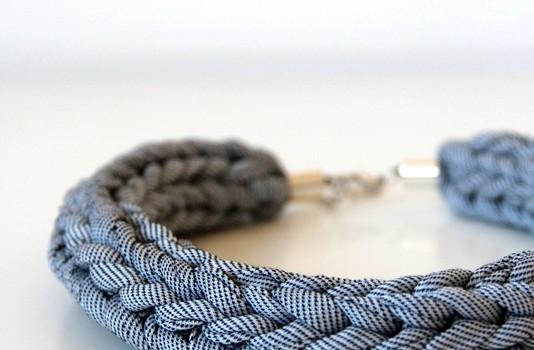 Textilschmuck - rundes Schwarz-weiß