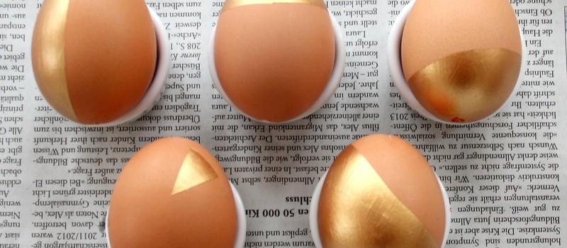 fertige Ostereier mit goldenem Muster - Osterdekoration