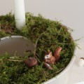 Adventskranz selber machen in alter Backform mit Moos, Sand und Eichhörnchen