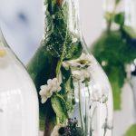 Blumendeko in Glasflaschen